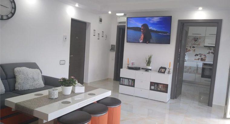 Vând apartament 2 camere, DECOMANDAT, terasa 23 mp, garaj!
